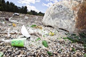 På dumpningsplatsen är det fullt av krossat glas och annat skräp.