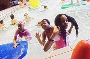 Systrarna Hamdi, Shukri och Sada Grade hade riktigt kul i badet.