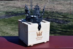 Brudkronan levereras i en trälåda.