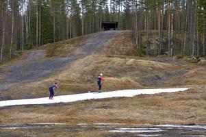 Ett vitt kanonsnöskidspår har överlevt på Snöå skidstadion.