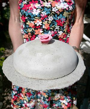 Som en del av krukmakeriet har även Birgitta och Björn skapat en betongtårta, som dock inte är ätlig.
