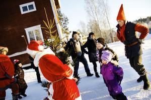 Räven raskar över isen och andra ringlekar dansades kring granen.