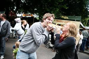 Roger Wallenius och Rebecca Wictor hugger in på en Cevapcici i nybakat bröd.