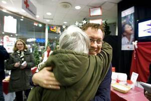 Första kramen. Siv Löfberg var först ut att få en kram.
