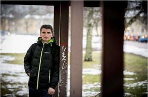 Niko Ago, journalist som hotats till döden,  får nu asyl i Sverige.
