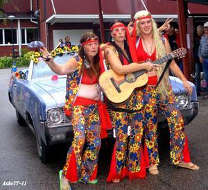 Dessa Hippiebrudar gjorde succé bland åskådarnapå Tjejernas Veteranrunda som gick från Hallstatill Arboga, Köping, Munktorp och avslutades medprisutdelning och fest i Kolbäcksparken.Obs: den långa blonda