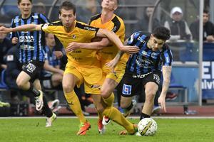 Halmstads Jesper Westerberg trycker undan Sirius Diego Montiel under söndagens fotbollsmatch i allsvenskan mellan IK Sirius FK och Halmstads BK på Studenternas IP.