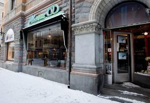 Cafe Charm på Storgatan i Sundsvall håller stängt på grund av vattenskada.