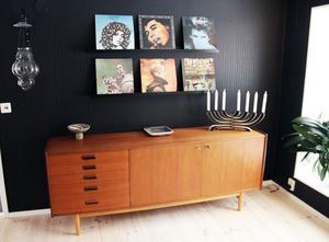 Det gamla köket har blivit musikrum med plats för Pekkas vinylskivor. Några av skivomslagen har Eva ställt på tavlellister.