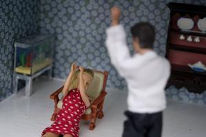 Våld mot kvinnor i nära relationer omfattar både fysiskt, psykiskt och sexuellt våld, eller hot om våld, skriver debattörerna.