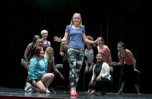 Emma Nordin från Rättvik spelar huvudrollen. De 25 ungdomarna i ensemblen kommer från hela Dalarna.