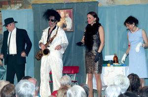 Med saxofon kom Elvis (Bengt Kyllinge) in på scenen och framförde ett medryckande nummer tillsammans med Anders Larm, Cecilia Kyllinge och Solveig Bergqvist Larsson.