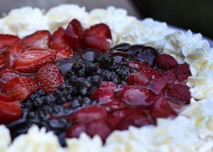 Traditionell frukttårta toppas med blandade säsongsfrukter som gjuts in i gelé, inte så mycket grädde med tanke på sommarvärmen.   Foto: Dan Strandqvist