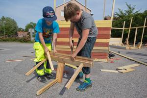Kevin Bensen, 10 år, och Jakob Lundman, 10 år, jobbar hårt med byggandet av sin koja.