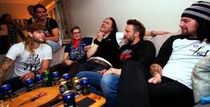 """Mustasch gjorde hembesök hos Gustaf i Östersund. I fredags startade bandet sin turné i Piteå och de känner sig nöjda med premiären. """"Jag vill dö på scenen, i kväll spränger vi stället"""", säger trummisen Danne Mckenzie. I soffan från vänster: Danne Mckenzie, den lycklige vinnaren Gustaf Berglund, basisten Mats Johansson, sångaren Ralf Gyllenhammar och gitarristen David Johannesson."""