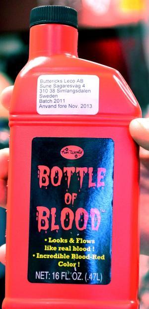 EN FLASKA BLOD. Låtsasblod är det som går åt mest i butikerna.