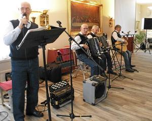 Hovkvartetten bestående av Bernt hedberg, Sivert, Jison och Lasse Nyberg tog sig ton vid SPF Tuna-Säters senaste möte som hölls på Coriandergården i Säter.