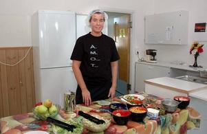 """SALLAD. En salladsbuffé står varje dag intill den hemlagade maten. """"De flesta är duktiga och äter av salladen också"""", säger Linda Olsson."""
