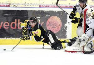 Föll för övermakten. Christian Larrivée var en av många VIK:are som försökte - men föll för tabelltvåan AIK:s spel. FOTO: PER G NORÉN