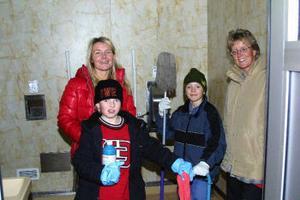 Eva-Stina Ekvall och Anna-Lena Sjölander med sönerna Daniel och Oskar hjälptes på måndagskvällen åt med städningen i Armsjön.