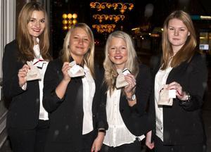 Smartkit UF består av Lina Finn, Linda Andersson, Sara Ötken och Therese Semdahl på Helixgymnasiet. Tjejerna säljer två små smarta kit, ett tjejkit och ett sykit. Tjejkitet innehåller bindor, trosskydd och tamponger och sykitet innehåller nålar, tråd, säkerhetsnålar och knappar.