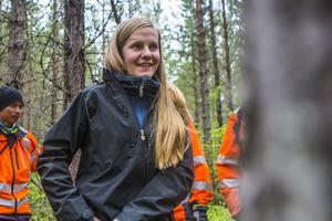 Maria Petré håller god ton med praktikanterna. Hon ser till att de har utrustningen som behövs för att arbeta ute i skogen.