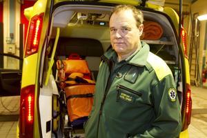 Patienter får vänta längre på vård, säger Stefan Jacobsson, ambulanschef i Ludvika. Den nya statistiken om längre utryckningstider förvånar honom inte. Men i sammanhanget framhåller han att mer än 90 procent av Dalarnas befolkning nås inom 30 minuter vid prio 1-larm.