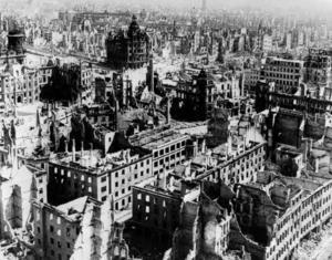 Dresden i ruiner. De allierade bombade systematiskt civila mål.