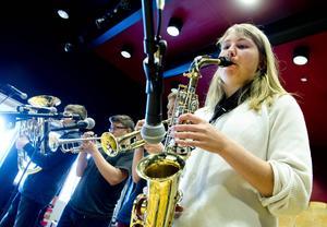 Alma Christensson spelar saxofon i den nya blåssektionen i orkestern.