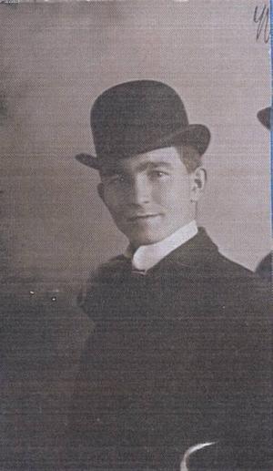"""Så här såg Adde själv ut. En elegant man i svart sammet, prålig sjal och plommonstop. """"Den lille fransmannen"""" kallades han."""