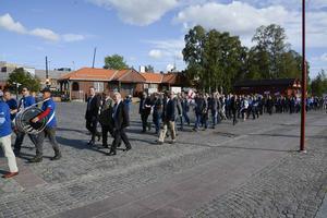 Flugfiske-EM började med en parad till Badhusparken.
