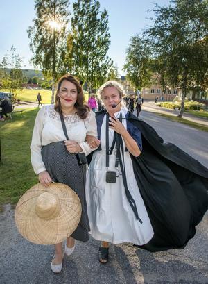 Konstpedagogen Frida Lundström och intendenten Tina Johansson från Sundsvalls museum gestaltar en översjuksköterska och en kvinnlig patient som gillar skvaller och karlar.