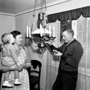 Inredning 1953. Kanske är det språkövning som gäller? Titta lampan.