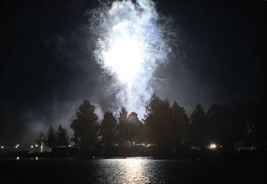 Bollnäs Båtklubb arangerade augustifest på Långnäs och ett med ett sprakande fyrverkeri gick kvällen över i natt.