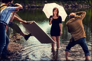 Engagerade fotografer en varm sommardag. Jag lyckades stjäla modellens blick en kort stund vilket lyfter bilden.