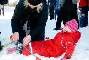 Förberedelser. Lova Karlsson ska strax testa sina julklappsskidor i skidspåret. Mamma Annika Närhi assisterar.