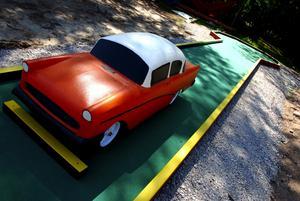 Klassisk bil på klassisk mark. De nya minigolfbanorna kommer att bjuda på svårigheter för den spelsugne.