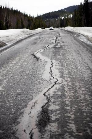 Den nyasfalterade  Skalstugevägen håller inte ihop. På flera  ställen har asfalten försvunnit och det finns stora hål i vägen. Kritiken från de lastbilschaufförer som trafikerar vägen är massiv.