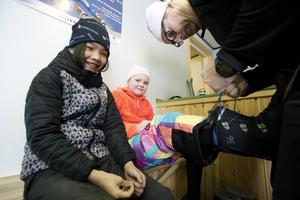 Pakim Wongphantham och Stina Nyman hyr utrustning av Uffe Jonasson.