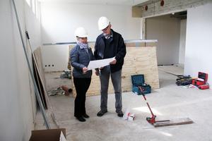 Gunilla Persson och Torbjörn Käll studerar ritningen för museets nya lokaler. Här kommer Hälsingerummet med ett uppdukat långbord att inredas så småningom.