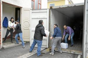 Asylsökande från Syrien lastade containern under tisdagen. Insamlingen är ett samarbete mellan den syriska hjälporganisationen Rahma relief foundation (som är baserad i USA) Lindesberg Rotaryklubb, Lions Kristina, Röda Korset, Erikshjälpen, Kristinakyrkan, Pingstkyrkan och Linde bergslags församling.