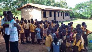 – Det är det här som håller igång mig, vi vinkar jämt till varandra. Det bästa med jobbet ärarbetskamraterna och vi har kul tillsammans, säger Kodjo.Det här är skolan i Sovie, i Ghana, som Kodjo tillsammans med byborna och Stadsbussarna hjälpt till att bygga upp. Sovie är Kodjos pappas hemby. Den ligger 200 km nordöst om Accra vid stora vattenmagasinet Lake Volta. Kodjos hemsida hittar du här: www.kodjo.se