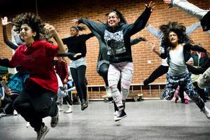 Eldsjäl. Eve, eller Evelina Redstorm-Perez som är hennes fullständiga namn, leder dansgrupper i Vivalla. Här ses hon längst fram tillsammans med sina elever.