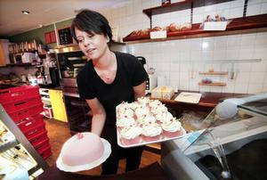 Konditorierna sålde rosa prinsesstårtor och prinsessbakelser som aldrig förr på torsdagen. Marie Pettersson på Café Trillin i Ockelbo tar emot en leverans.
