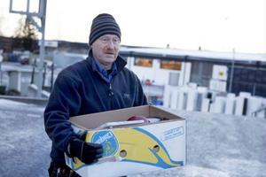 Bertil Jacobsson är duktig på att sortera sina sopor, men erkänner att snören, tejp och inslagspapper ofta hamnar i samma säck efter paketöppningen på julafton.