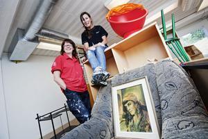 Möblerna ligger än så länge på hög i klassrummet. Kicki Kurberg och Åsa Barrander rustar Selmaskolan för fullt.