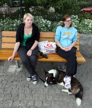 Ockelboborna Ida Östling och Maria Öquist tycker att det var en kul nyhet. – Roligt, det var väl väntat. De har ju varit tillsammans länge, säger Ida.– Jag tror att det kommer att bli en pojke, säger Maria.