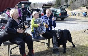 Kasper Rosenqvist gissade rätt på alla raser i hundparaden som visades upp i samband med Brukshundklubbens öppna hus i Lindesberg. Kanske han hade hjälp av mamma Linda Rosenqvist till höger och Carina Nordin.