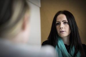 Michaela Hallqvist arrangerar, tillsammans med sina klasskompisar, projektet Bandy for a better world.