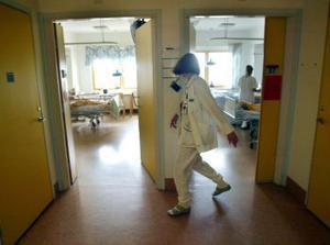 På språng på medicinkliniken. Sommarplaneringen höll inte ens fram till juli månad. I förrgår fick de stängda vårdplatserna öppnas och personalen fick ta på sig dubbla pass.